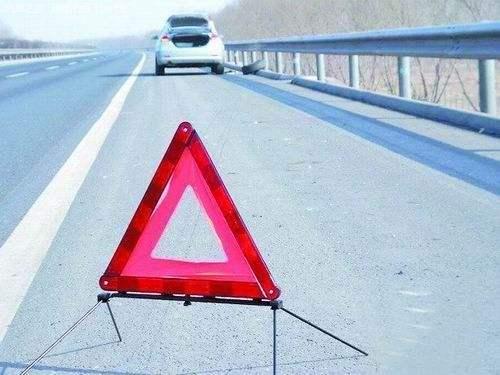 三角警示交通标志牌