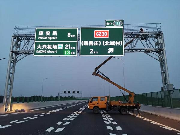 哪些地方应设置自发光交通标志牌?